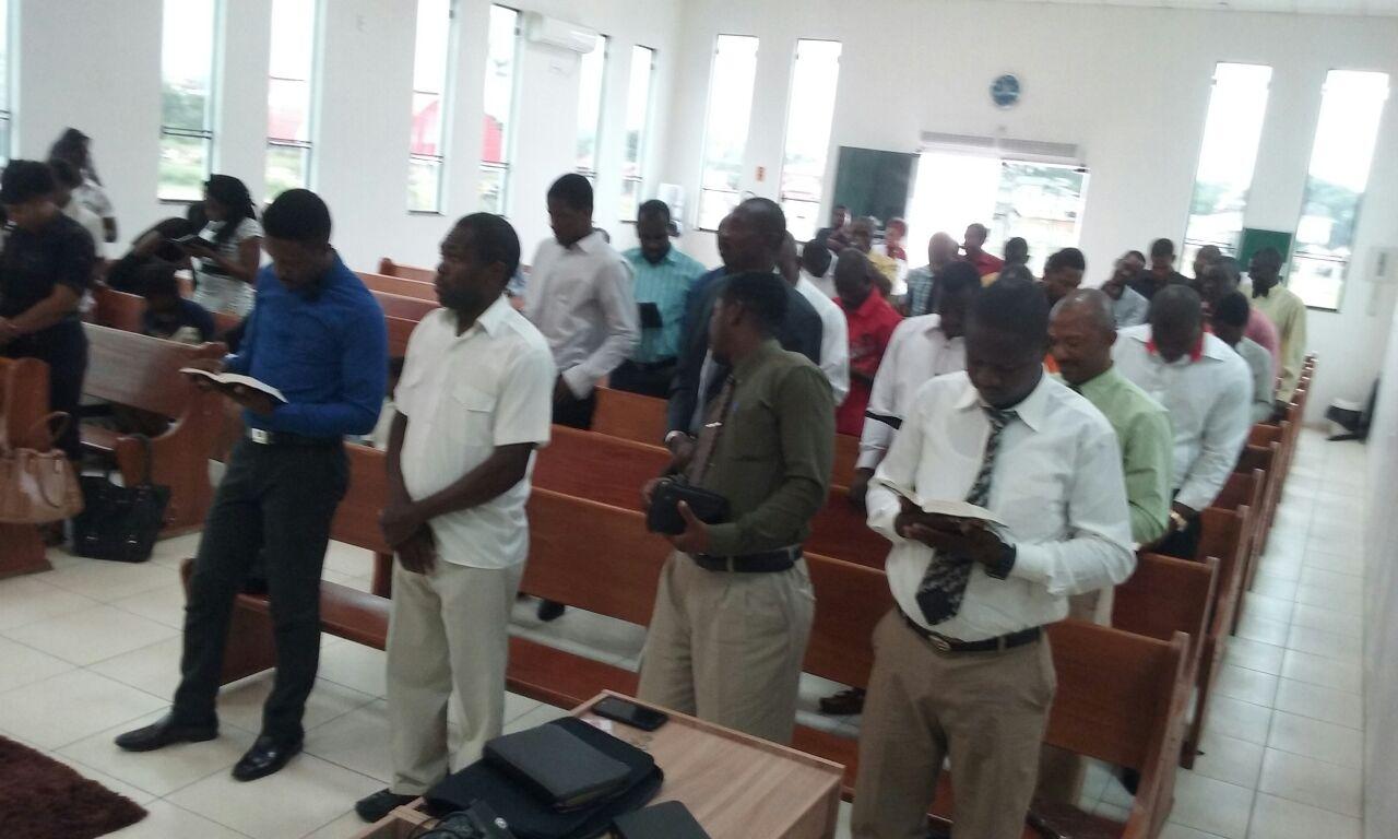 Irmãos do Haiti em culto de adoração a Deus.